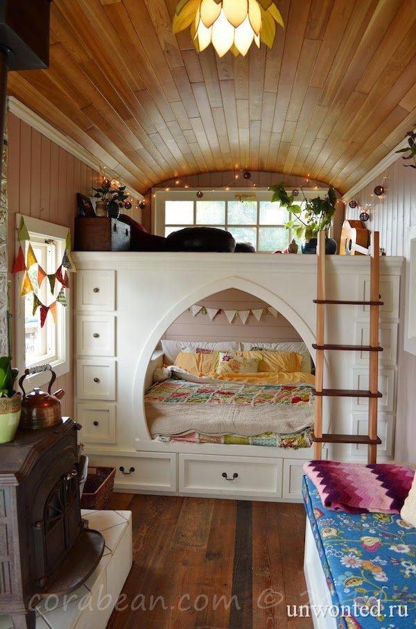 Дом в школьном автобусе - система хранения вокруг кровати