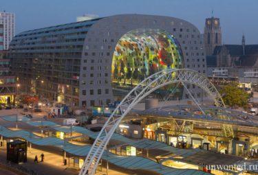 Городской рынок Роттердама в вечернем освещении