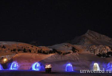 Необычный отель Igloo Village ночью