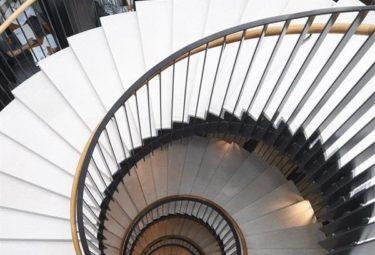Винтовая лестница в необычном здании шестерни