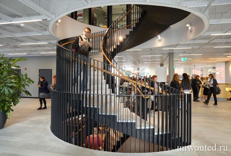 Большая винтовая лестница в здании - шестерня