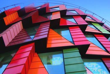 Выступающий фасад необычного здания шестерни
