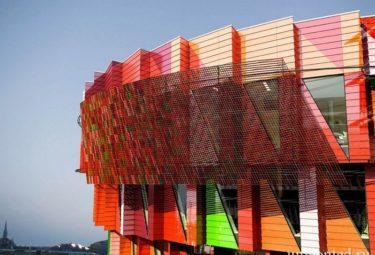 Разноцветный фасад необычного здания Kuggen