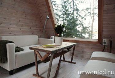 Большое окно в гостиной маленького дома Nido