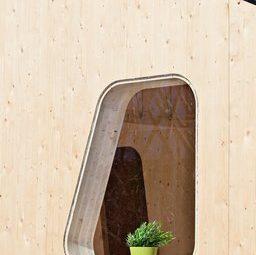 Окно необычной формы в маленьком доме для студентов