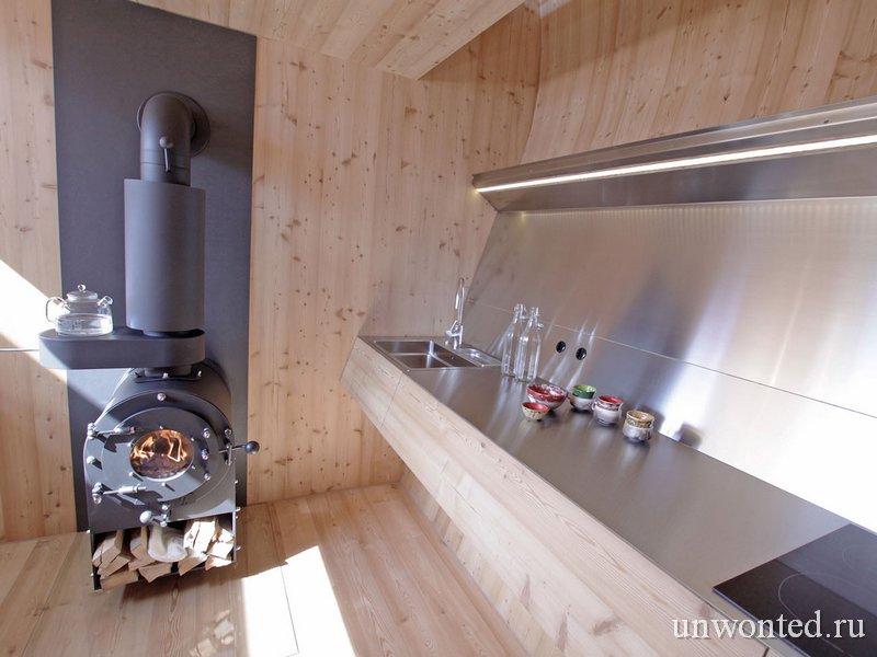 Дровяная печь в гостевом домике Ufogel