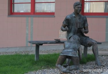 Необычная скульптура - Лавочка порока