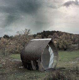 Мини-дом покрытый чешуйчатой деревянной черепицей