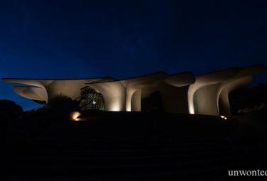 Современная архитектура Desert House с ночной подсветкой