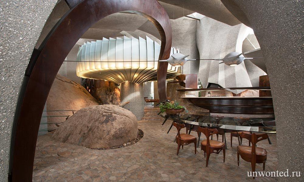 Дом в пустыне - зонтик из стекла в столовой