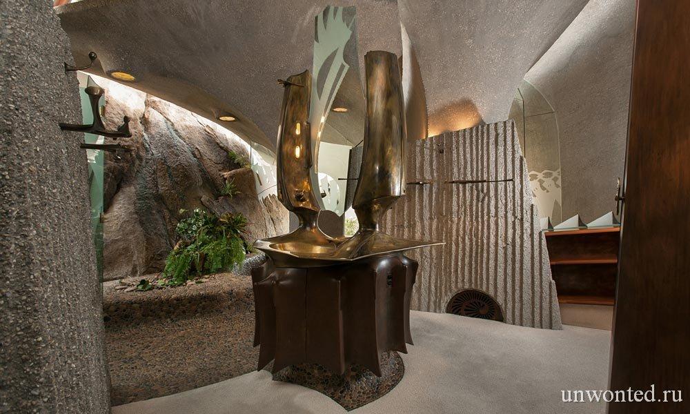 Дом в пустыне - бронзовый умывальник