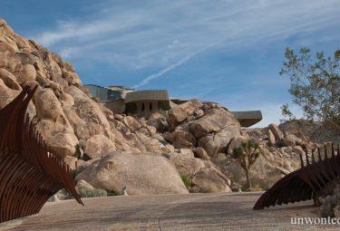 Необычный забор Desert House