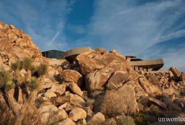 Desert House дом среди больших камней в пустыне