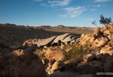 Desert House на каменистом склоне в пустыне