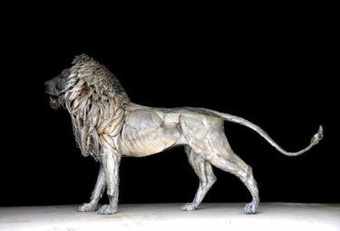 Лев из стальных пластин