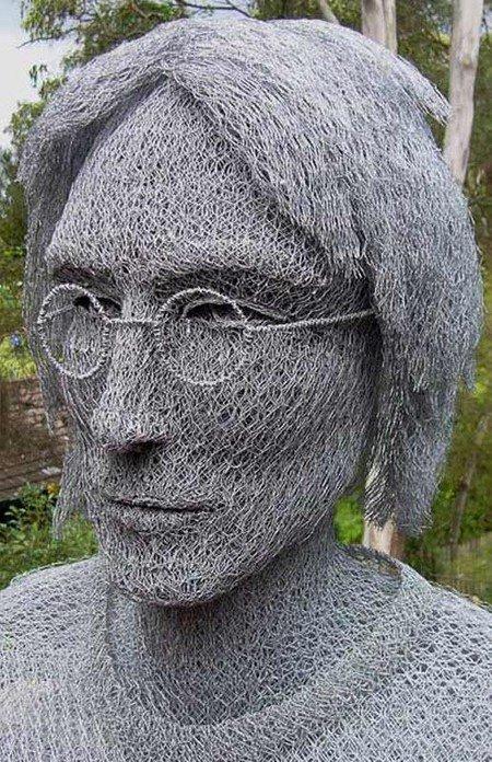 Бюст Джона Леннона из сетки и проволоки