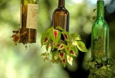 Клумба для вертикального озеленения из старых бутылок