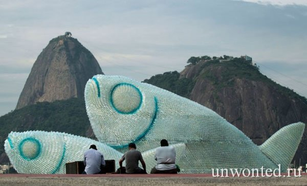 Арт-инсталляция в виде рыбы из пластиковых бутылок