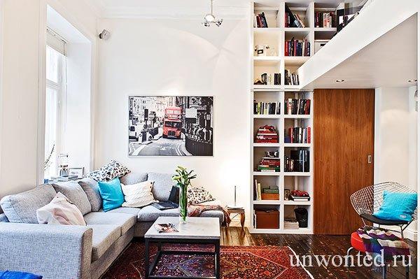 Гостиная в просторной маленькой квартире