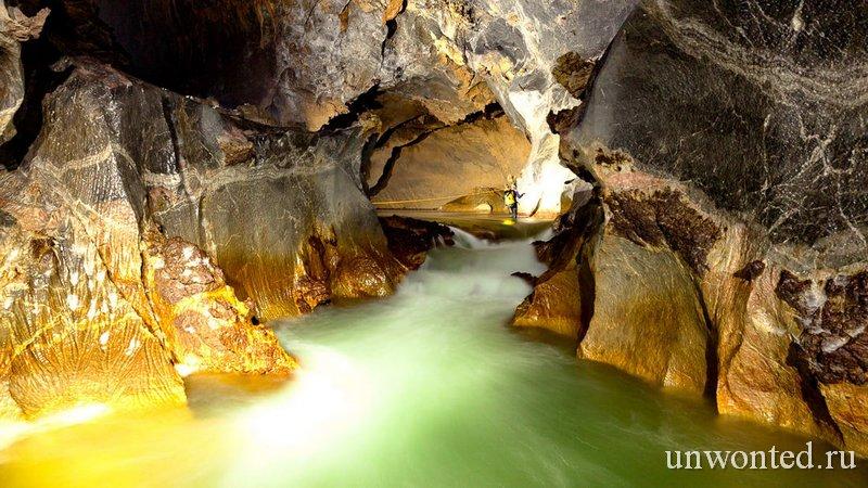 Реки в пещере Шондонг