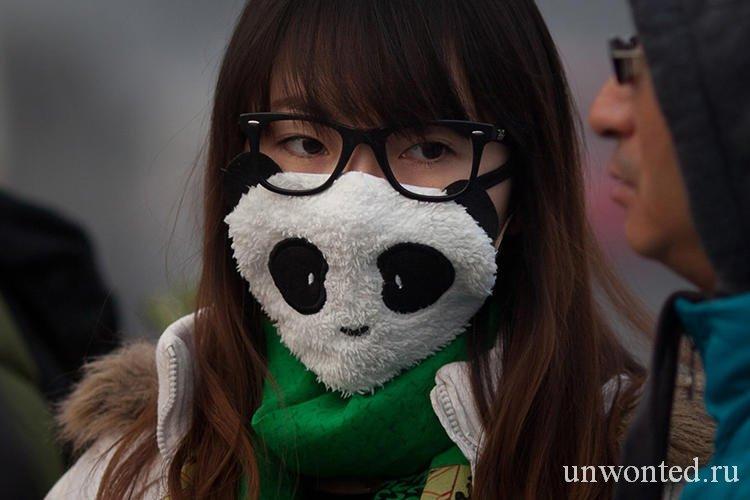 Девушка в маске от смога