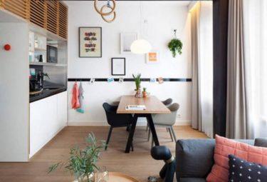 Большой кухонный стол служит в качестве координатора