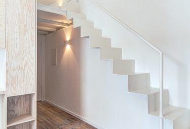Белая стальная лестница в мини квартире