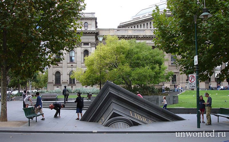 Необычные скульптуры мира - Тонущее здание