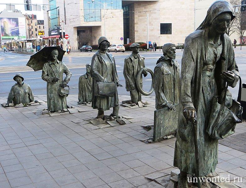 Необычные скульптуры мира - Незнакомые прохожие