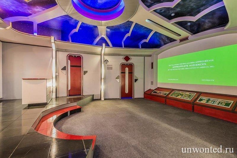 """""""Star Trek"""" дом - кинозал с огромным экраном"""