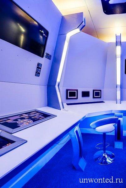Синее освещение добавляет научно-фантастического впечатления от интерьера