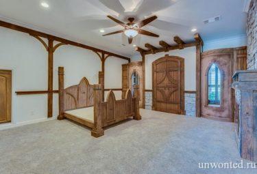 Спальня украшена как средневековый замок