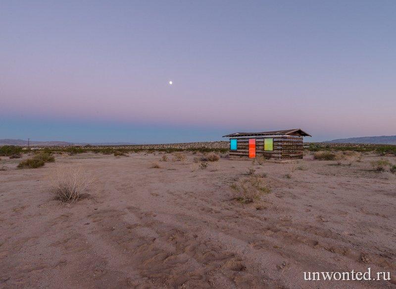 Дом создающий иллюзии вечером
