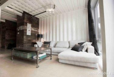 Внутри дома из контейнеров стены покрашены белой краской