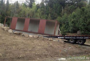 Грузовые контейнеры доставили на участок строительства дома