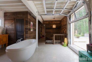 Дом из контейнеров - ванная с видом на террасу