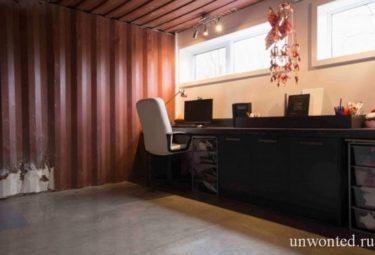 Дом из контейнеров - кабинет с неокрашенными стенами