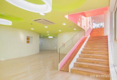 Необычный детский сад - многоцелевые залы и лестница