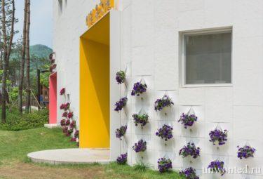 Необычный детский сад - вертикальные клумбы с цветами