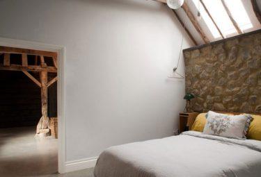 Спальня в старом амбаре переделанном в современный дом