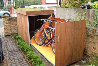 Гараж для велосипеда с зеленой крышей вмещает от 2 взрослых велосипедов