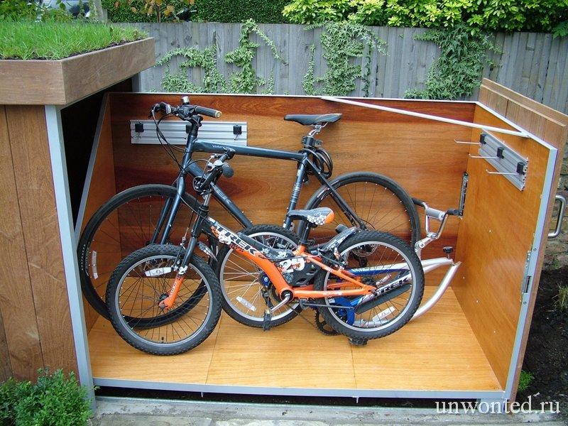 Гараж для велосипеда с зеленой крышей