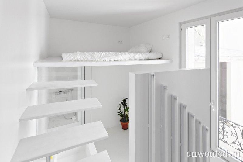 Кровать в маленьком лофте на верхнем ярусе