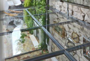 Стеклянные стены и стеклянный пол второго этажа в квартире