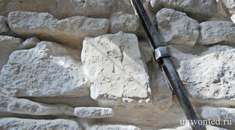 Оригинальные известняковые стены квартиры в историческом здании