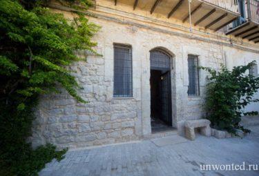 Вход в античное жилище в пещере