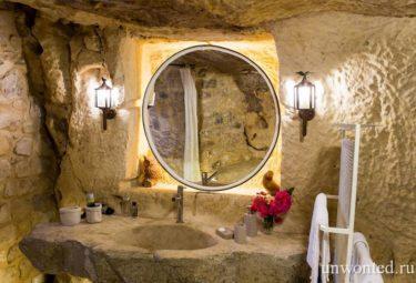 Зеркало в нише с подсветкой в античном жилище