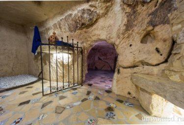 Античное жилище в пещере - кованная калитка ведет из ванной в еще одну пещерную комнату