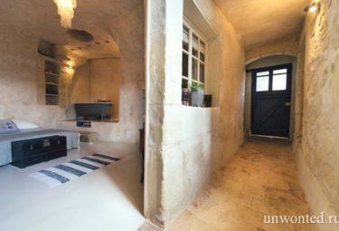 Дом в пещере за 1 евро - вход и комната