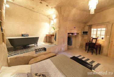 Дом в пещере за 1 евро - комната с ванной